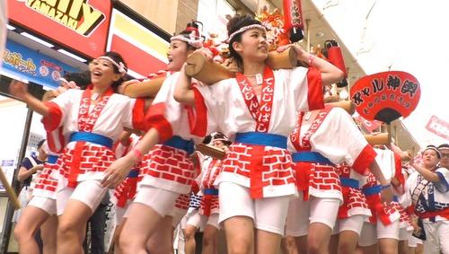 【画像】大阪の「ギャルみこし」が性的過ぎるwwwwwのサムネイル画像