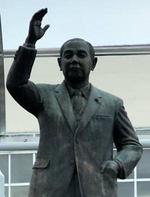 Kakuei_Tanaka-statue_1_S
