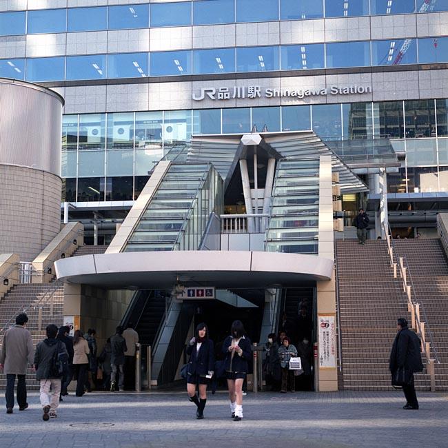 <福山雅治>ビックリ!・・ 変装なしで品川駅前に立つ姿に・・バレないの?
