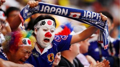 <日本のサポーター>....またやった!...試合後のごみ拾い^^