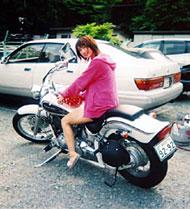 バイクに乗る藤川ゆり