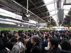 1200px-Rush_hour_at_Shinjuku_02