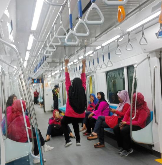 【画像】インドネシアに初めて地下鉄ができた結果、無法地帯と化すwww