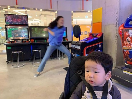 【画像】女さん、子どもをほったらかしにしてゲーセンではしゃぐwwwwwww