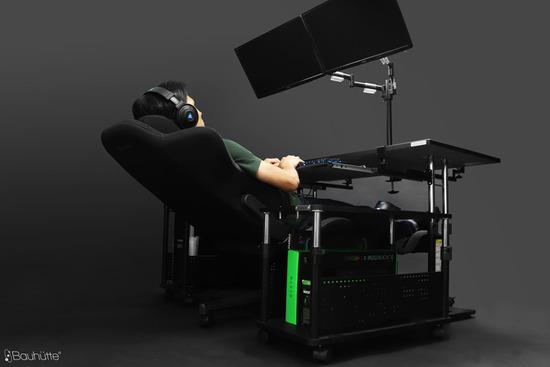 【画像】寝ながらパソコンができるデスクが最高すぎるwwwww