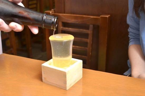 【悲報】居酒屋でこう出された日本酒を正しく飲めない人が多いらしい。。。