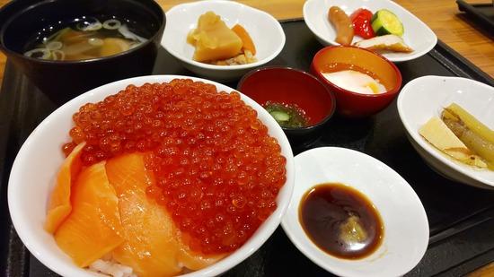 【画像】札幌出張ワイ、ビジホのビュッフェで優雅な朝食wwwwww
