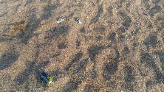 【画像】浜辺で撮影された写真2枚、その意味がガチでヤバい・・・