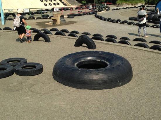 大人「オラッ、タイヤを半分埋めてやったぞ、ほら遊べ」 子供「どうやって遊べばいいんだよおおお」