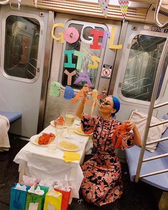 【画像】地下鉄の列車内で勝手にパーティーした女性に批判殺到 女性「周りの客も楽しんでた」と反論wwww