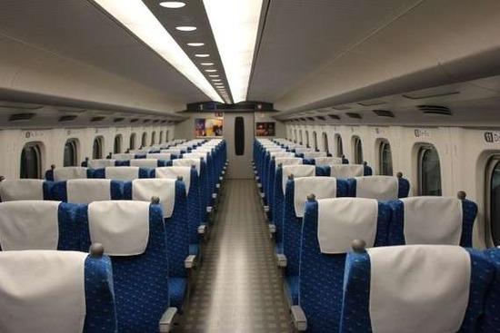 新幹線に乗ったら、自分の席が陽キャに「回転」させられていた結果wwwww