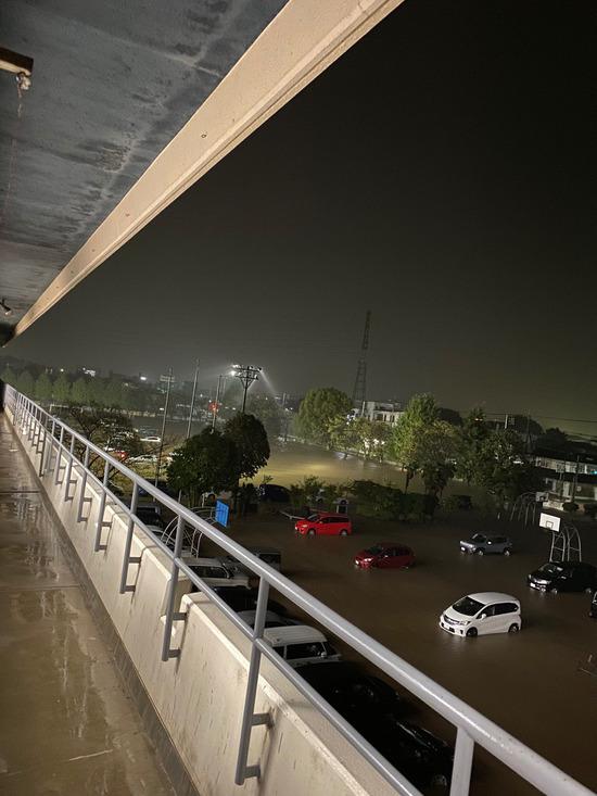 【画像】避難所の駐車場が水没しやばいてことにwwwwwwwwww