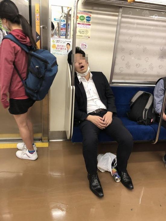 【画像】こう言う電車内の迷惑な奴www