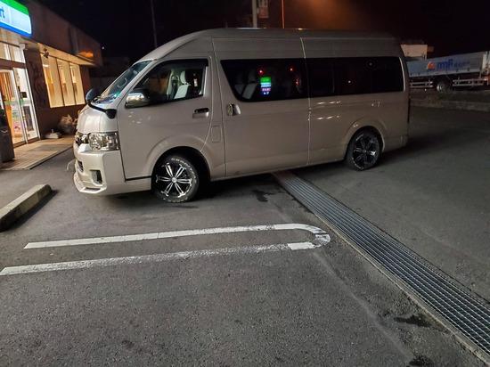 【画像】田舎マイルドヤンキーの駐車マナーひどすぎるwwww