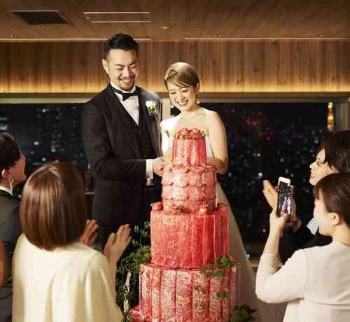 """【画像】高さ18mの""""肉タワーカット""""ができる結婚式が話題にwwwwwww"""