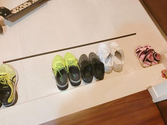【画像】アレを貼るだけ!?玄関がスッキリ!靴を揃えたくなるアイデアがヤバすぎるwwwww