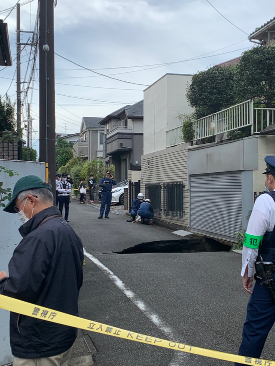 【画像】東京で道路陥没してしまう・・・・・