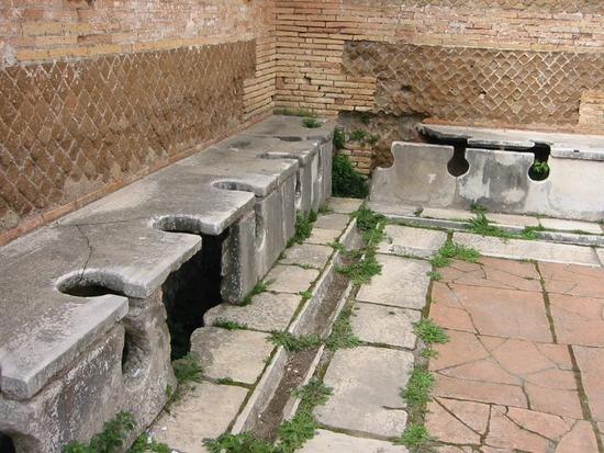【画像】古代ローマ人たちが使っていた公衆トイレ、めっちゃ不衛生だったwwwwwwww
