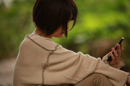 コロナ禍の自殺増で注目を集める「いのちの電話」。繋がりにくい理由は相談員の減少にあった・・・