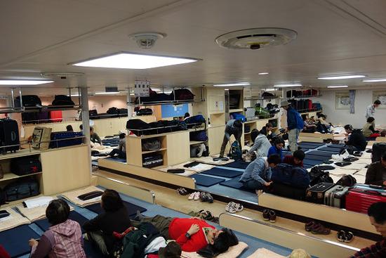 【画像】フェリー旅行だけは金かけろ、2等客室はこんな感じでみんなで雑魚寝だぞwww