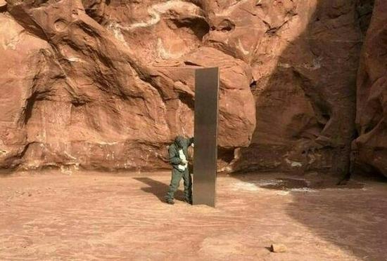 【画像】米砂漠で謎の「モノリス」発見されるwwwwwwwwwwwwww