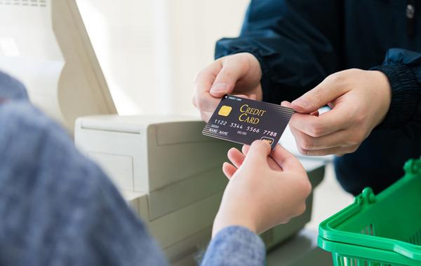 【激怒】スーパー店員「140円です」 ワイ「カードで」 スーパー店員「かしこまりました」→