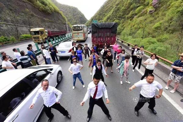 【画像あり】高速道路の渋滞で踊り出す中国人wwwww