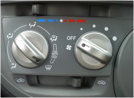 車のエアコンで足とフロントガラスのが2つあってその間に不思議な絵があるんだけど…
