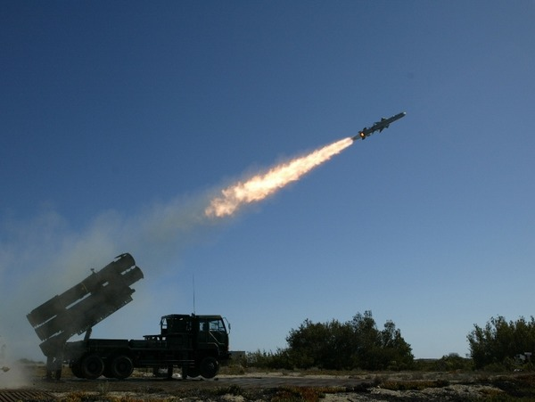 自民党「敵ミサイル基地を打撃できる能力を保有するべき」←これwww
