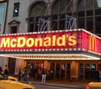 【画像】アメリカで食える500円チーズバーガーセットの量wwwwww