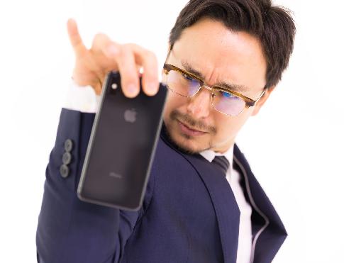 【炎上】台湾の男性、新型iPhoneを購入直後にわざと落下させて割り批判殺到(※画像あり)