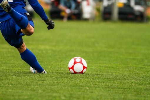 【ヒェッ】神戸の高校生、サッカーの試合で対戦相手に顔面を蹴られ前歯2本を折る重症…((((;゚Д゚))))ガクブル