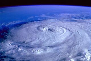 【悲報】『台風15号』さん、ファンキーな進路を取る模様(画像あり)