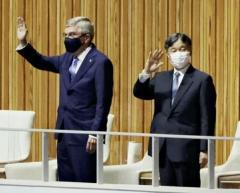 天皇陛下がバッハ会長と競技場に入場、行進する選手団に拍手送る