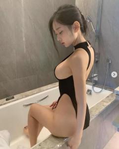 美女シン・ジェウンが浴槽で見せた美スタイルにうっとり…水着のような大胆衣装が話題!