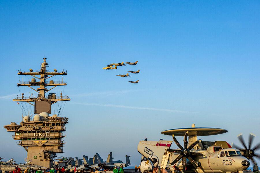 空母アイゼンハワー上空を通過する米仏の空母艦載機(Image:U.S.Navy)