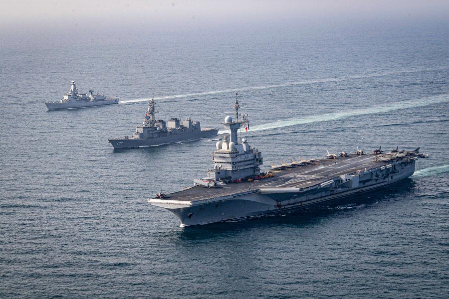 空母シャルル・ド・ゴールと護衛艦ありあけ(Image:フランス海軍)