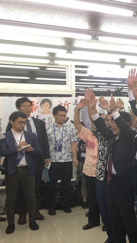 【画像】沖縄市長選!マスゴミ記者の表情w→『今にも泣き出しそうやんw』