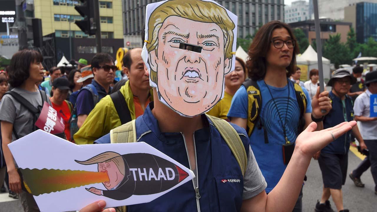 【韓国】韓国人数千人が米大使館を囲み抗議デモ「NO THAAD NO TRUMP」