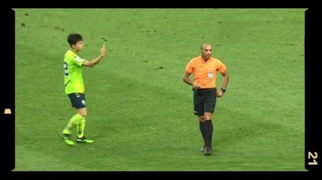 【サッカー】韓国選手の行動がまた物議!今度は審判に中指を立てる