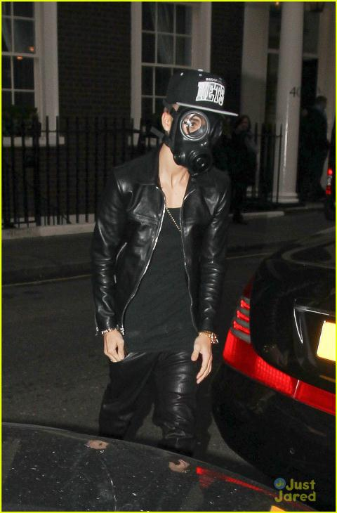 justin-bieber-wears-gas-mask-while-shopping-01