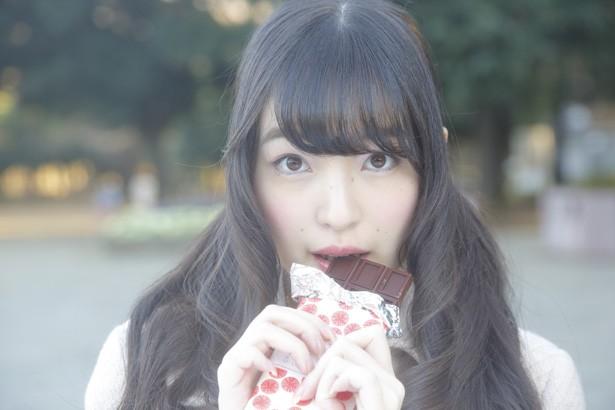 チョコを食べる上田麗奈
