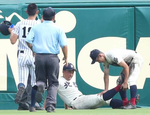 【高校野球】友情のアシストプレー 倒れた北照・岡崎に沖学園の選手がコールドスプレー&飲料差し出す