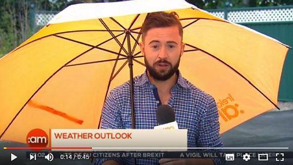 【放送事故】嵐の中でお天気お兄さんが生中継 → 強風にあおられて画面から消えてしまいスタジオが大爆笑に!
