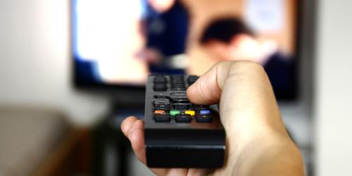 o-PEOPLE-WATCHING-TV-facebook