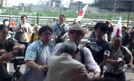 生活保護受給問題のデモ集団が老人へ暴力