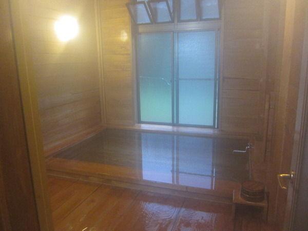 【愕然】施設入居者、80度近い温度の風呂に入ってしまった結果・・・