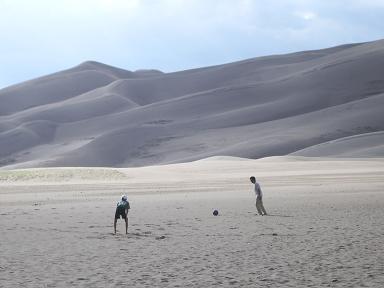 砂漠でサッカー