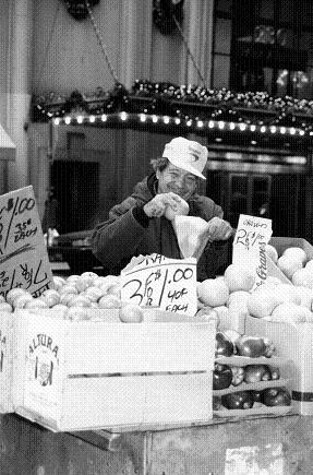 フルーツを売るおじさん