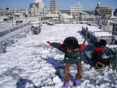 雪と子供と屋上